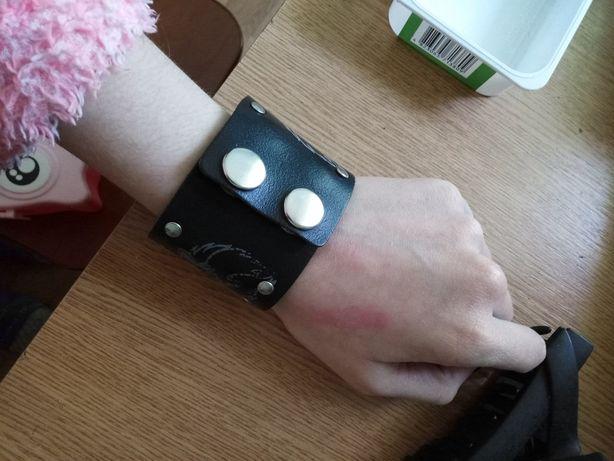 Кожаный браслет на кнопках