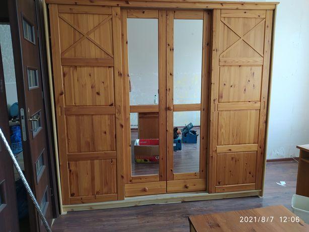 Szafa sosnowa z przesuwanymi drzwiami, półkami i drążkiem na ubrania