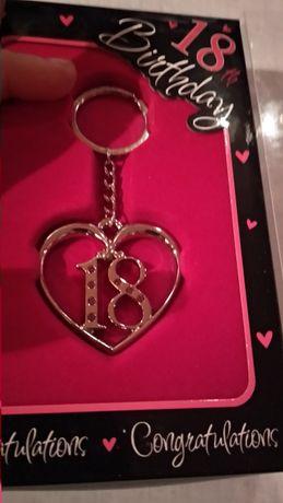 на подарок для девушке 18лет металл брелок сердце камни под серебро