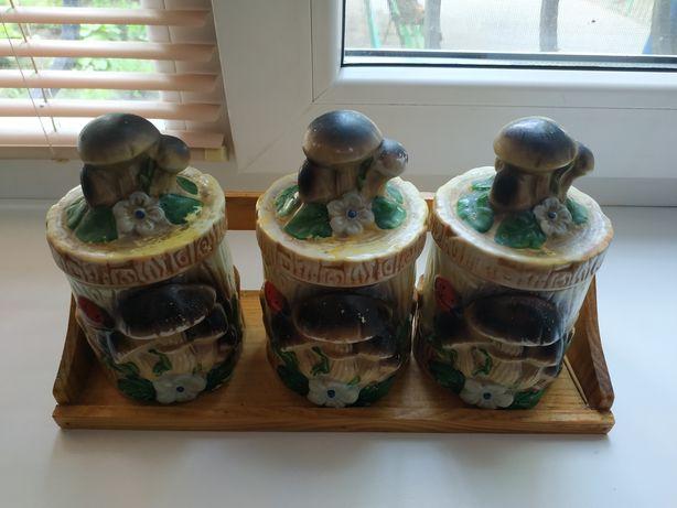 Керамическая посуда для сыпучих на подставке деревянной