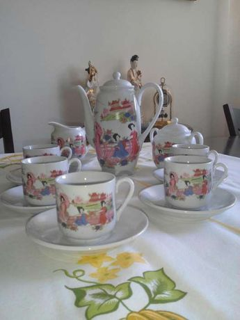 Serviço de chá pintado à mão.