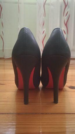 buty czarne szpilki z czerwoną podeszwą