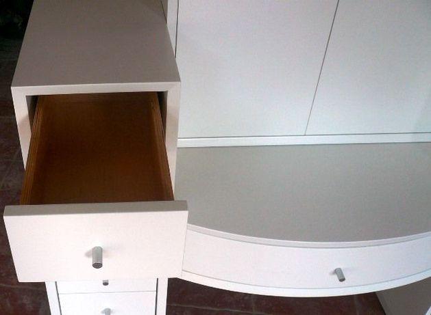 Drewniana biała szafa, malowana, z szufladami