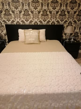 cama e 2 mesas de cabeceiras