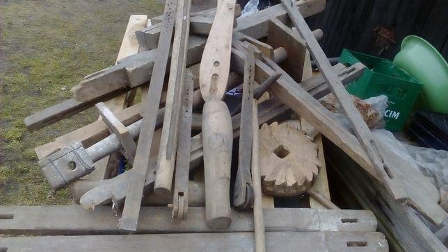 Drewniany stary warsztat prządniczy ?