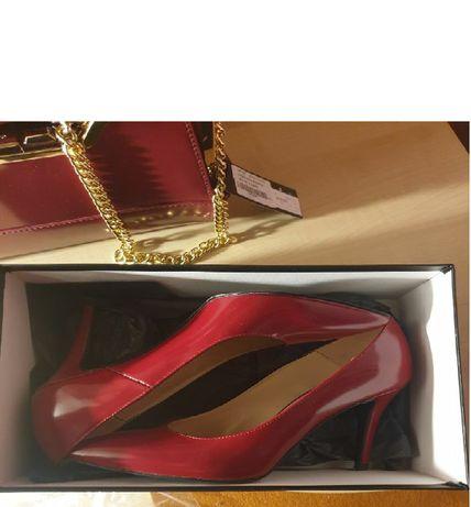 Красные туфли лодочки на каблуке-шпильке
