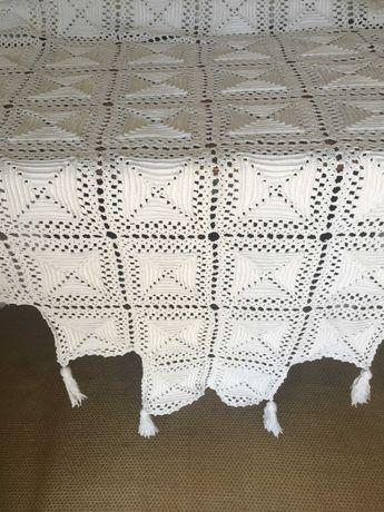 Toalha em crochet com borlas e tapeçaria antiga da paisagem de Nápoles