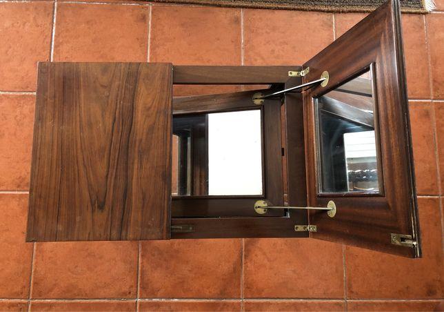Mesa vitrine em espelho, em Nogueira