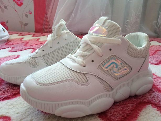 Кросівки жіночі , білі