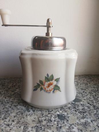 Stary młynek ceramiczny do kawy PRL