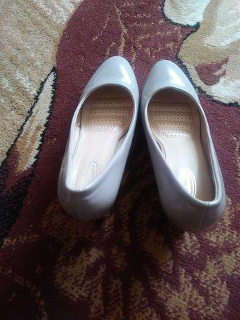 Szare buty na obcasie