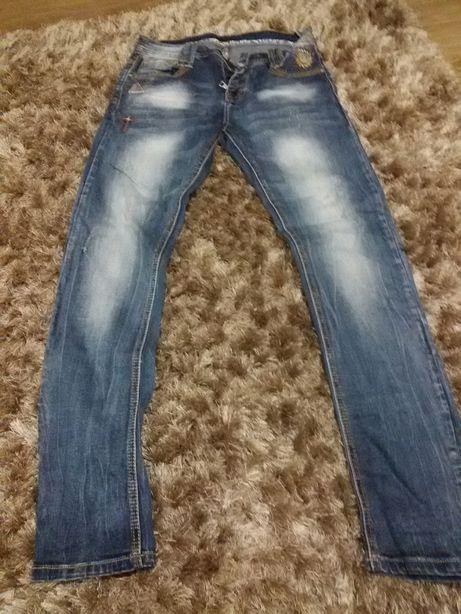 Spodnie jeans naszywki