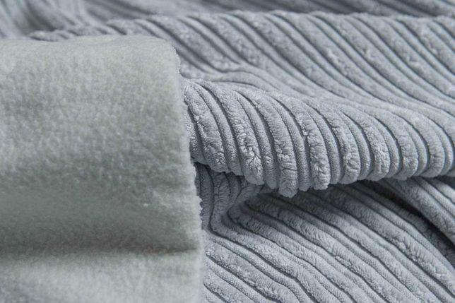 Błękitne przykrycie na łóżeczko