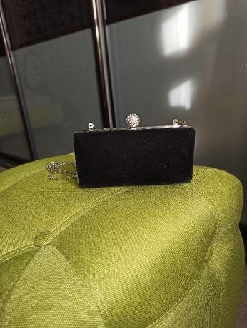 Маленькая элегантная сумочка на длинной цепочке