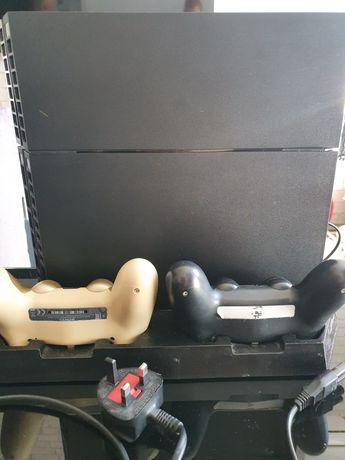 Konsola PS4 1t + 2 pady + stojak