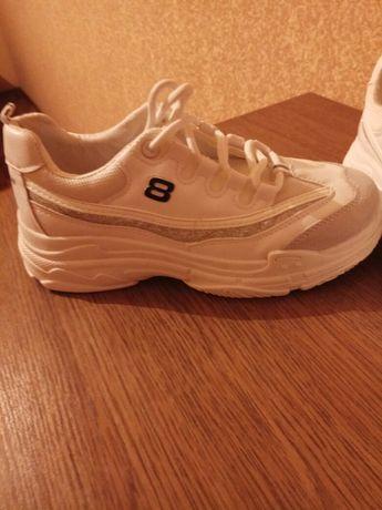 Продам кроссовки 850 руб.