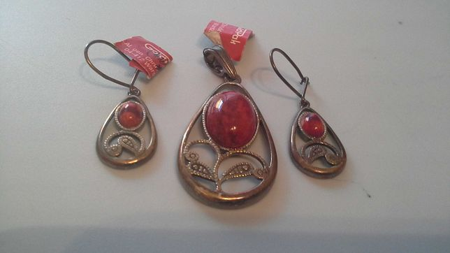 Kolczyki z czerwonym oczkiem oraz wisiorek na naszyjnik. Nowe