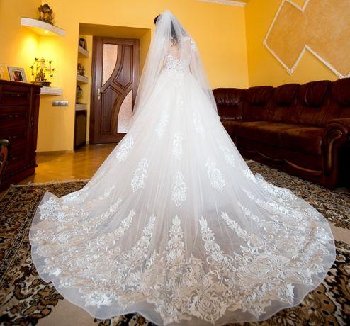 Весільна сукня з ручною вишивкою