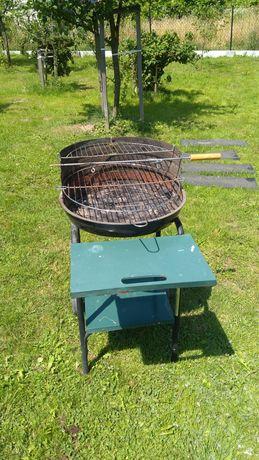Grill węglowy na kółkach