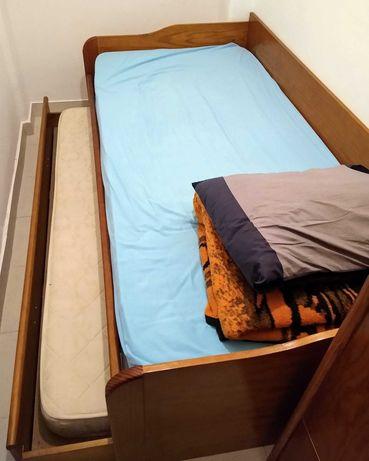 Cama beliche c/ dois colchões, guarda roupa e estante pequena
