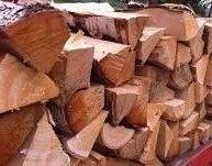 Zdrowe, połupane drewno kominkowe i na opał, sezonowane,