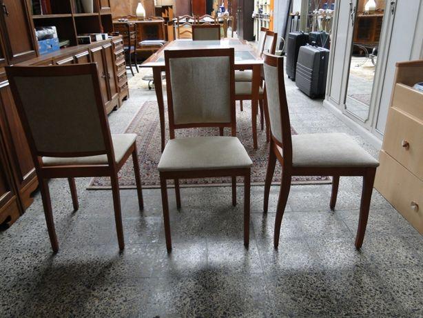 Cadeiras de sala com estrutura em madeira maciça e forradas a tecido -