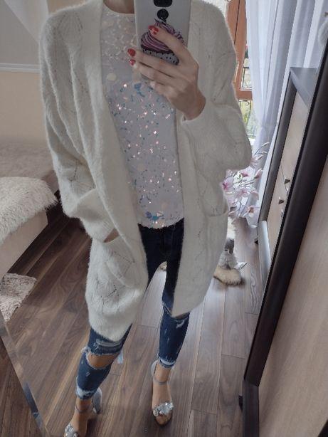 Obłędny biały sweterek kardigan pluszowy dłuższy ażurowy
