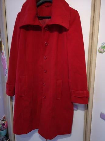 Czerwony długi plaszcz