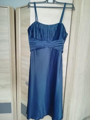 Granatowa sukienka.