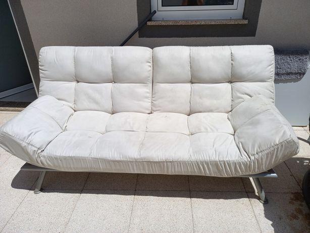 Sofá cama com algumas marcas de uso