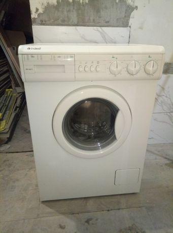 Продам стиральную машину Indesit рабочую. Не узкая