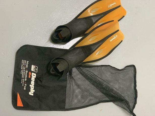 Barbatanas  pretas e laranja e tubo de respiração