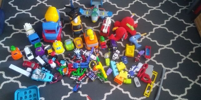 Zabawki dla chlopca auta, helikopter, samolot, betoniarka