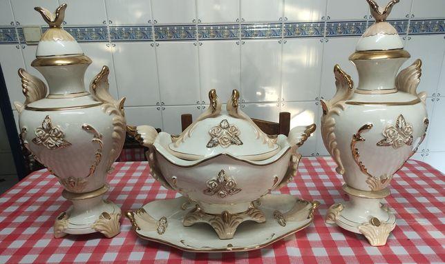 Terrina com Prato e Jarrões de Descoração em Porcelana