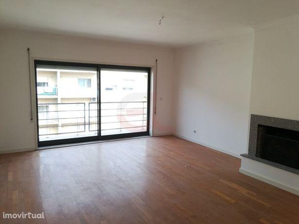 Apartamento T2 p/ arrendar - Santa Maria Maior