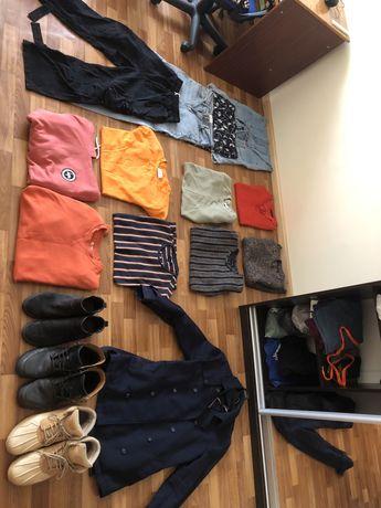 КОМПЛЕКТОМ 4 Пары штанов ,4 футболки , 2 худи, 3 пары обуви и Пальто