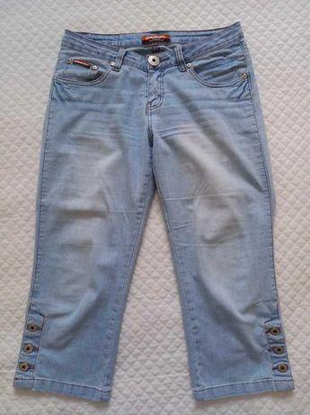 """Jasnoniebieskie spodnie 3/4 typu """"rybaczki"""" z przetarciami"""