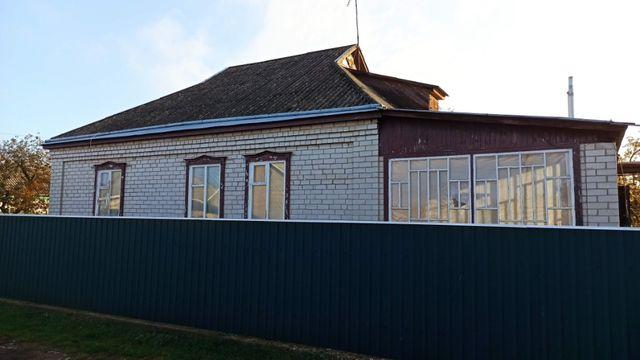 Добротній будинок ракушняк обкладений цеглою.