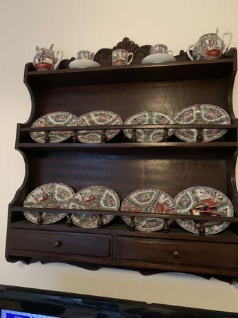 Escaparate madeira mogno com pratos louças chinesas