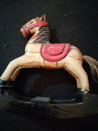 Cavalinho de madeira em miniatura
