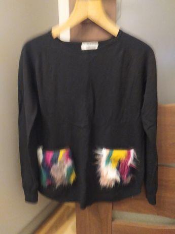 Czarny sweter z ozdobnymi kieszeniami