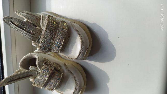 Кросівки дитячі білі.