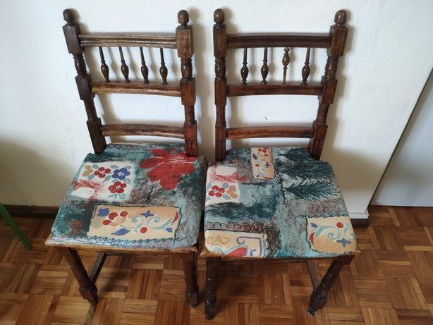 Duas cadeiras de madeira