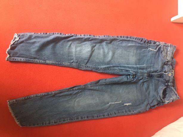 Jeansy ze szczępionymi nogawkami