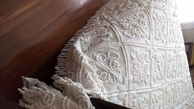 Coberta em crochet Flor de liz como nova e tem mais um quadrado