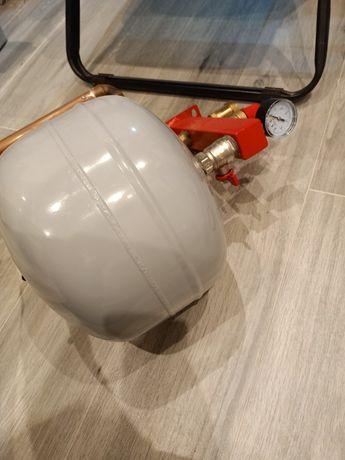 Zbiornik wyrównawczy ciśnieniowy z manometrem
