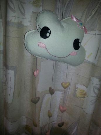 Almofada com pendente de corações para quarto de bebé