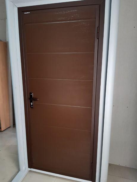 Дверь из сендвич-панели