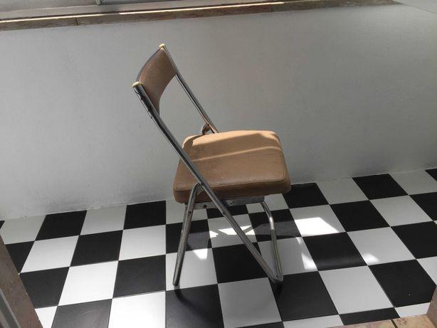Quatro cadeiras dobráveis