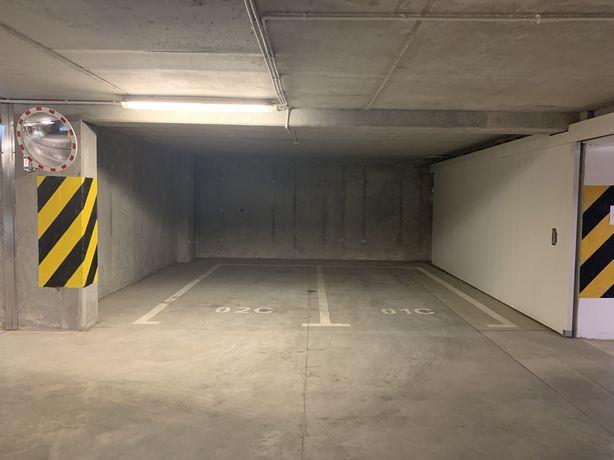 Podwójne, szerokie miejsca postojowe w garażu ul. Legnicka 59